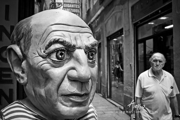 """¿Te conozco? (2) Cabezudo de la tienda costumbrista """"El Ingenio"""" Versión a b/n"""