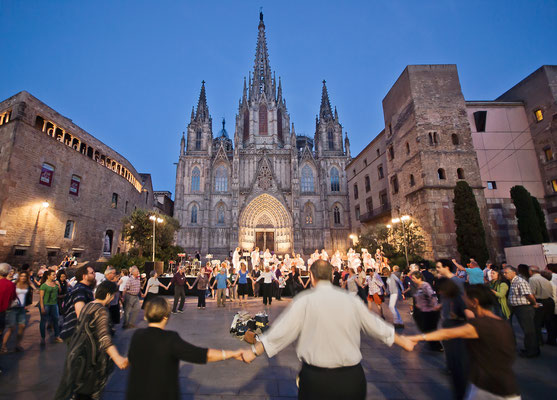 Baile de Sardanas frente a la Catedral de Barcelona