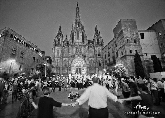 Baile de Sardanas frente a la Catedral de Barcelona. Versión a b/n