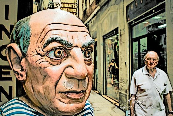 What's up baldy? Tienda tradicional de gigantes y cabezodos en el Barrio Gótico, Barcelona