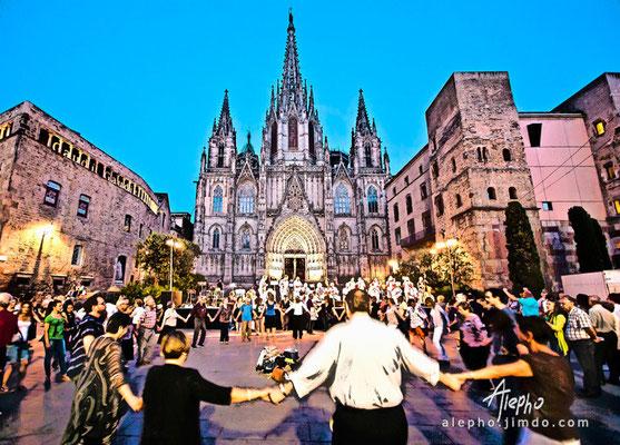 Sardanas frente a la Catedral de Barcelona