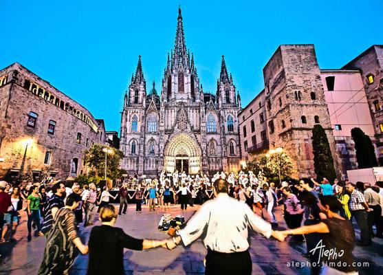Baile de Sardanas frente a la Catedral de Barcelona. Versión BCN Colors