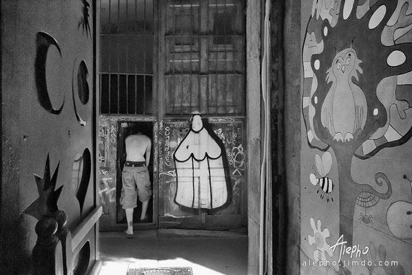 Las puertas. Frente al Bar Mariatchi de Manu Chau. Versión a b/n