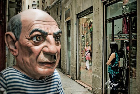"""Miradas cruzadas. Cabezudo de la tienda costumbrista """"El Ingenio"""" Serie BCN Moments"""