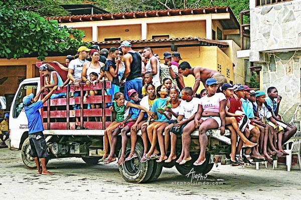 ¡Suban que caben cien! Transporte público de Chuao playa a Chuao pueblo. Venezuela