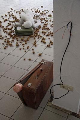 schläfer und koffer-baby, installation von peter köcher
