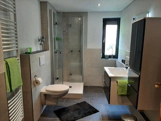 Komfortables Badezimmer mit Fenster