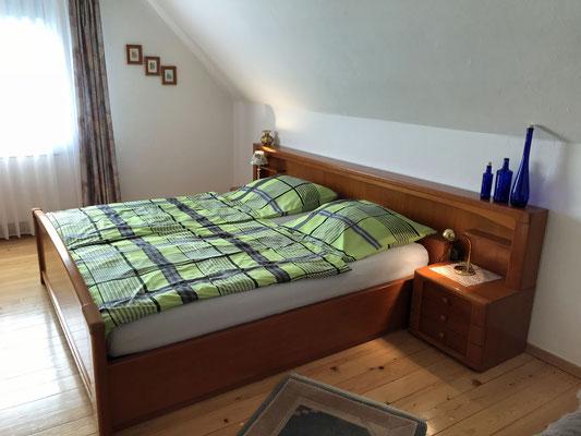 Das Schlafzimmer ist mit einem Doppelbett mit zwei Matratzen ausgesattet