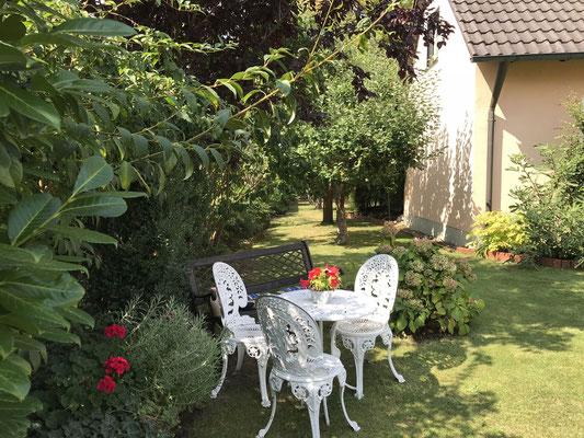 Sitzbereich im Garten der Ferienwohnung