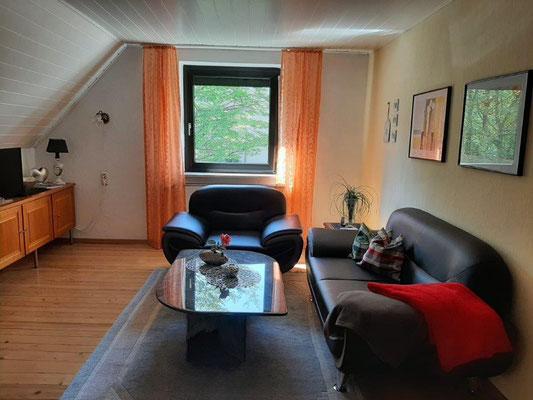 Der Wohnbereich der Ferienwohnung ist großzügig und gemütlich ausgestattet
