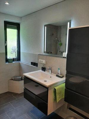 Helles und modernes Badezimmer mit Fenster
