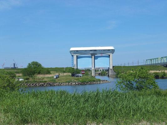 荒川東側(の鴨川の水門