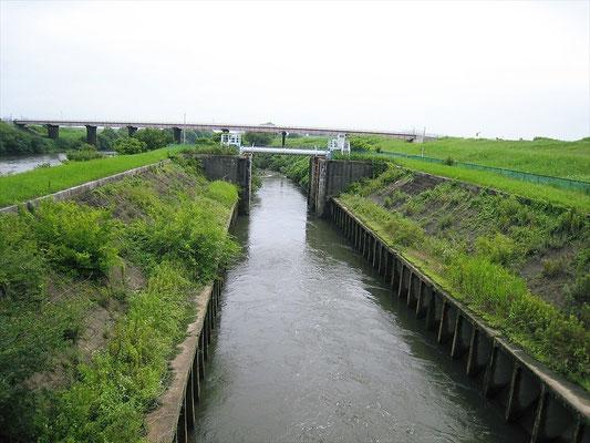 江戸川の入口の閘門式水路(パナマ運河と同じ原理)