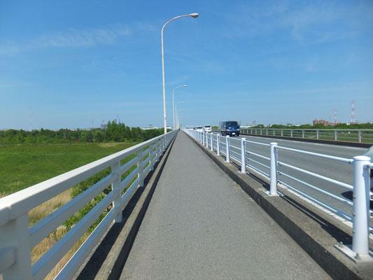 秋ヶ瀬橋の歩道