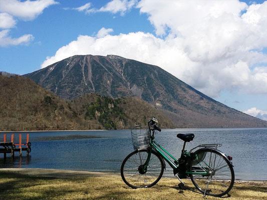中禅寺湖湖畔の千手ガ浜から見た男体山