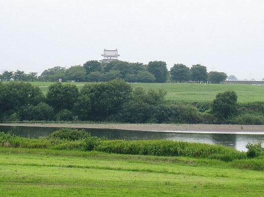 茨城県境町から見た利根川の向こう岸の関宿城博物館(千葉県立)