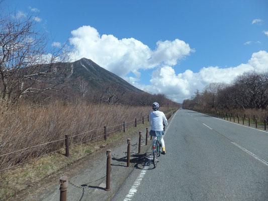 戦場ヶ原の日本ロマンチック街道を走る
