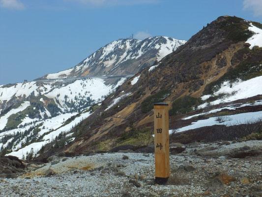 太平洋と日本海へ流れる水の分水嶺の山田峠(2048m)