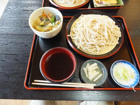 地元の特産の油味噌で味付けした野菜丼とうどんのセット