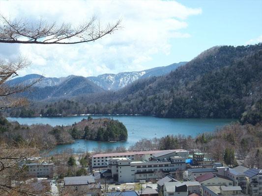 湯元温泉街と湯ノ湖