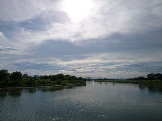 丸子橋から多摩川を望む。