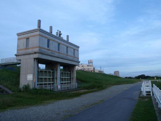 多摩川土手にある水門です。散歩コースの1つの基点になっています。