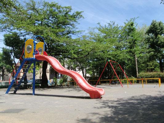 みんなの家の隣にある下丸子二丁目公園です。日常的に遊んだり、春はお花見をする事もあります。