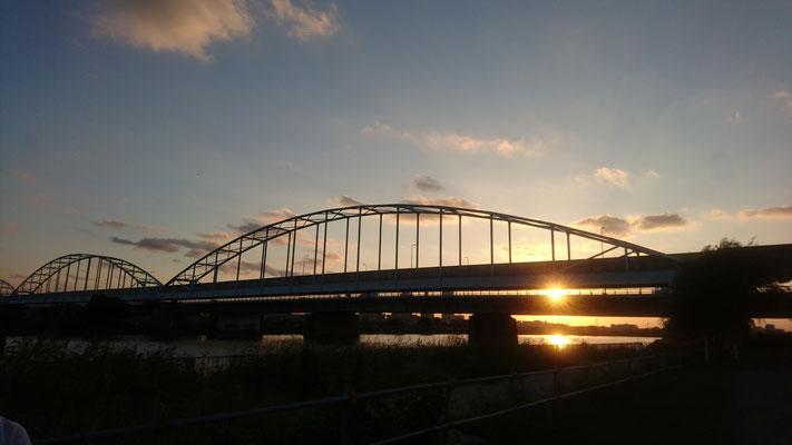多摩川大橋と夕日。多摩川大橋付近も散歩コースになっています。