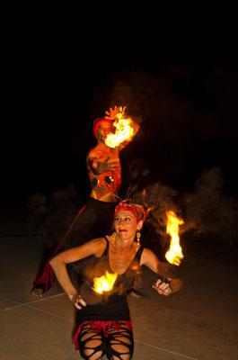 pareja en show de fuego en vallarta www.zevievents.com