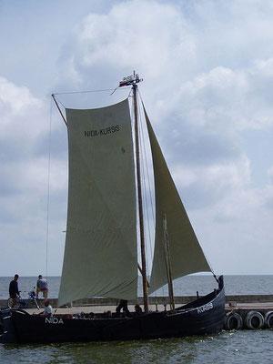 Kurenkahn im Hafen von Nida (Nidden).  https://commons.wikimedia.org/wiki/File:Kurenkahn_1.jpg