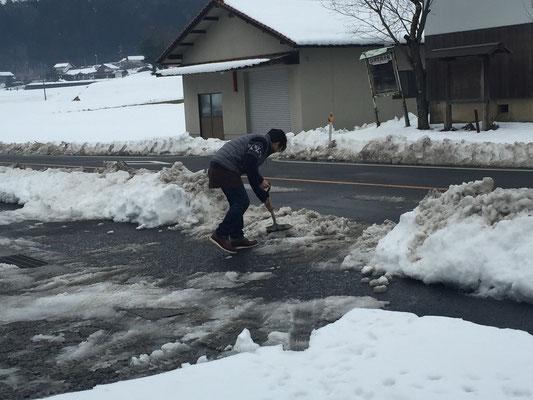 駐車場に入れるように雪かき