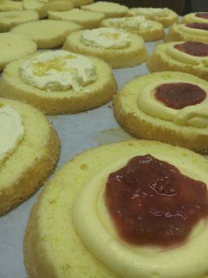 【サンドケーキ①】たっぷりのクリームにルバーブorレモンをトッピング