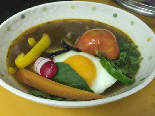 【本日のランチ】トマト・ラディッシュ・パプリカ・人参・新玉・じゃが芋・ルッコラ・まびき菜・ピーマン・なす・卵