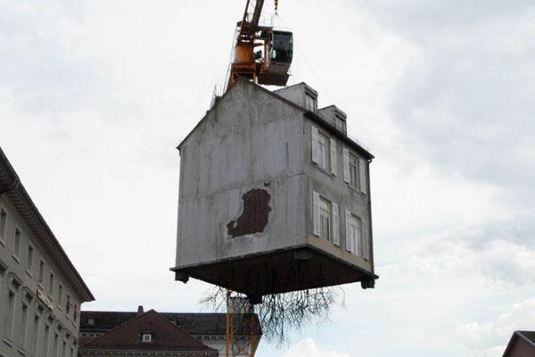 """""""ausgerissenes"""" Haus auf einer Baustelle in Karlsruhe"""