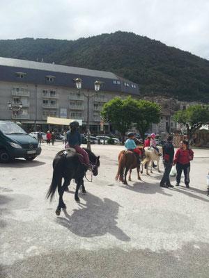 Les enfants du club font découvrir le poney aux copains d'Ax
