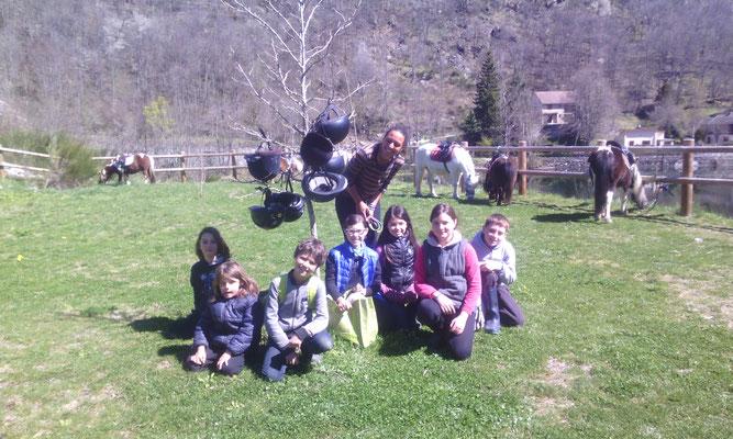 photo de groupe pique nique poneys