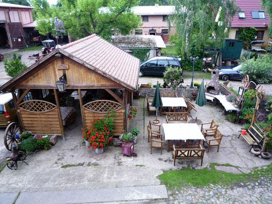 Grillplatz mit Carpot und Sitzmöglichkeiten
