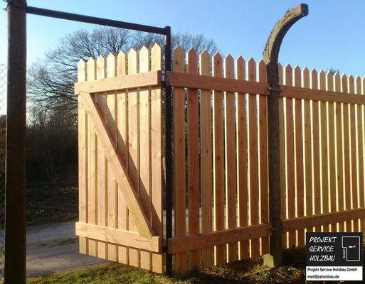 Zaun aus witterungsbeständigem Holz