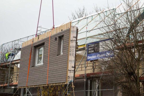 Montieren der Fassaden- Elemente mit einer Länge bis 12m.