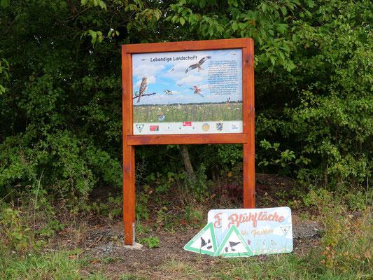 eine Tafel und Schilder weisen auf die neue Fläche hin (Foto: M.Kallabinsky)