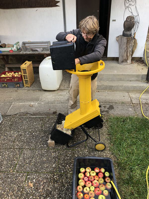 nach dem Waschen werden die Äpfel geschreddert (Foto:NABU-Oberbiel)