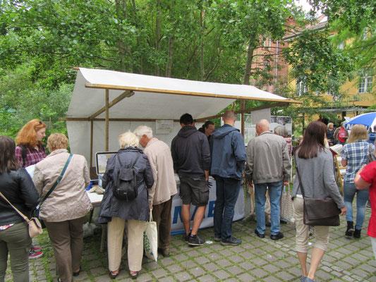 Besucher am ZKW Info-Stand zum Tag der offenen Tür