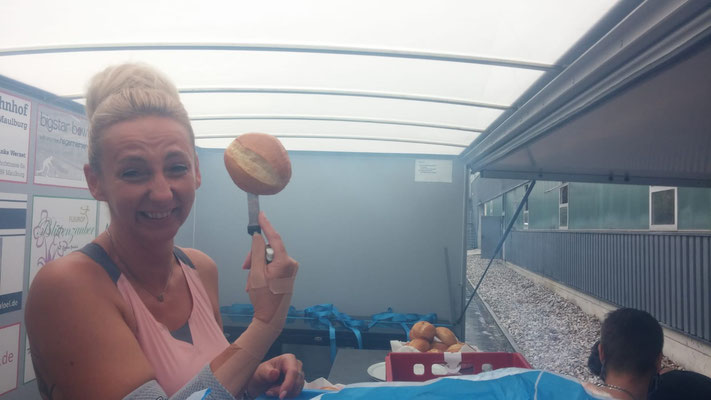 Anja R. hat Spaß beim Brötchen aufschneiden :-)