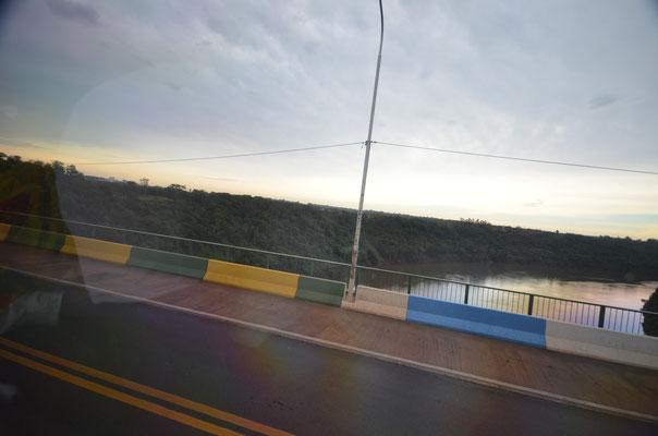 Auf der Grenzbrücke Argentinien - Brasilien