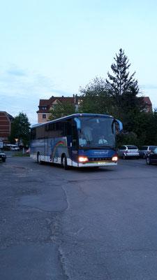 08.05.2015, gegen 20.30 Uhr: Der Bus ist da, die Gäste kommen.