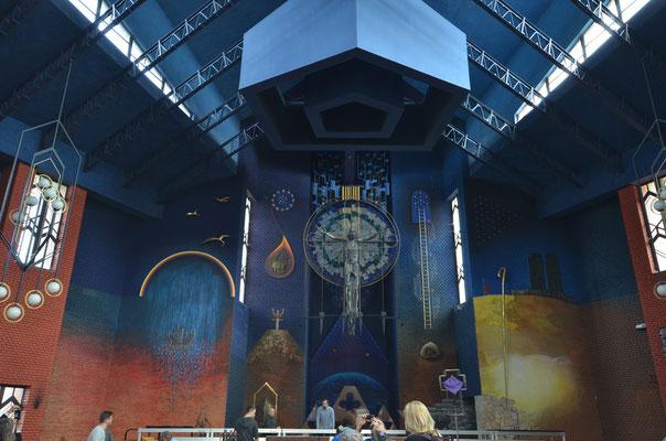 Blick zum Altar mit Darstellungen der biblischer Geschichte