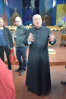 Pastor Jerzy Wazny erklärt die Symbolik der Innenausstattung der Kirche