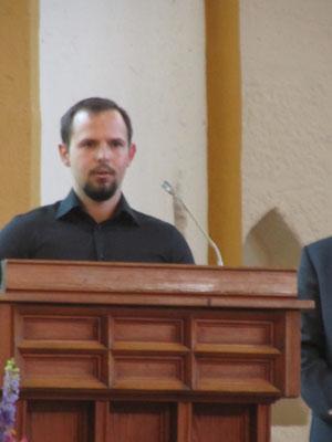 Herr Adam Domagala spricht die polnische Übersetzung der Rede von Herrn Superintendent Neuß