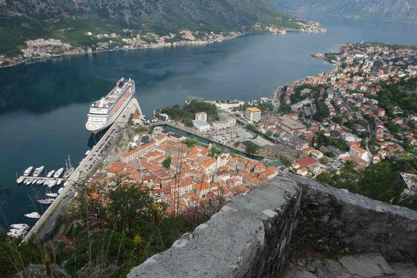 Blick von 1350 Stufen hinunter auf Kotor