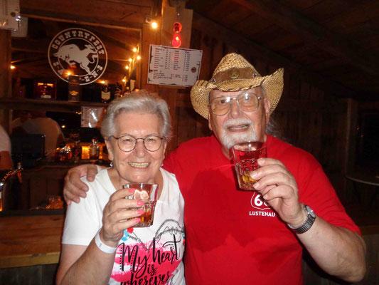 """unsere zwei """"Senioren"""" bei einem guten Whisky"""
